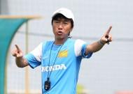 HLV Miura chê trách cầu thủ chơi bóng rườm rà