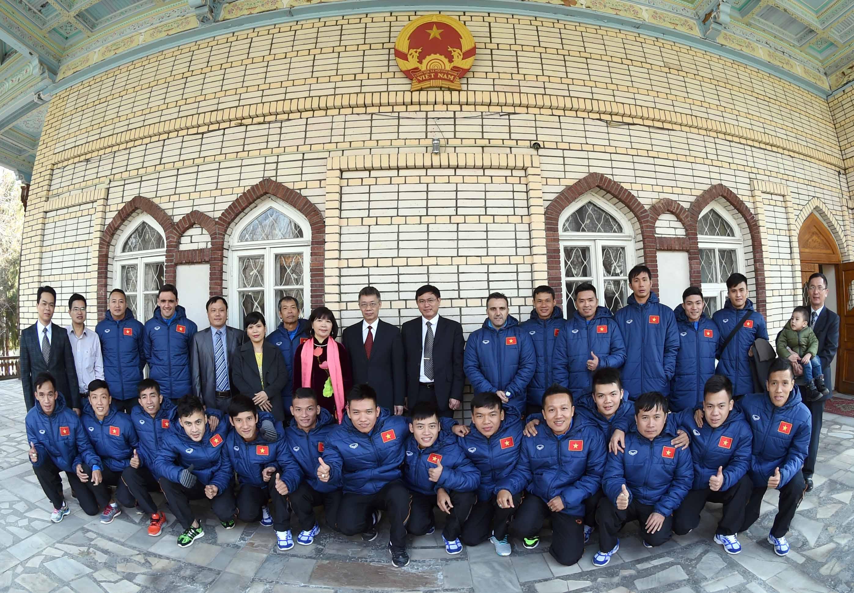 Đội tuyển Futsal đến thăm Đại sứ quán Việt Nam tại Uzbekistan
